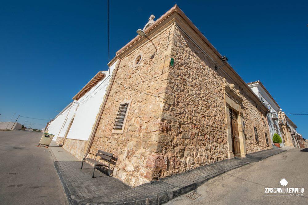 Este templo se encuentra anejo a la Casa de los Molina
