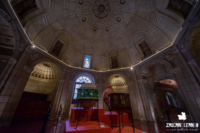 La sacristía alberga varios objetos de interés y de gran belleza