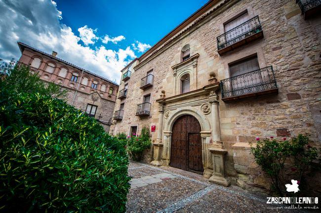 Se halla en un espacio rodeado de edificios históricos