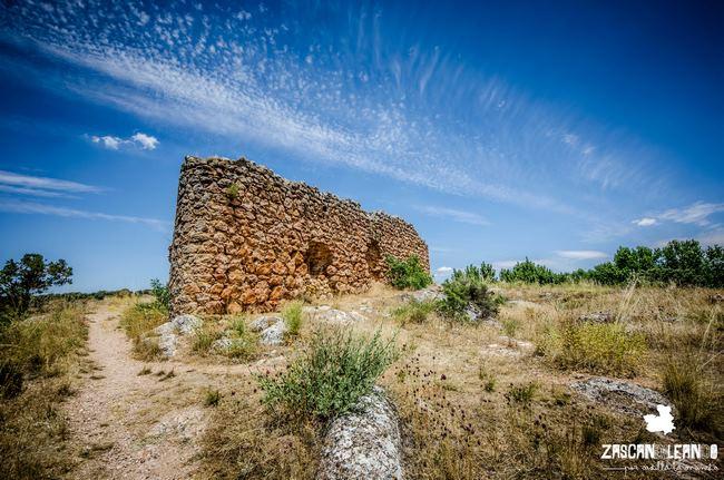 Entre el espesor de la naturaleza se ubica este castillo de Ossa de Montiel