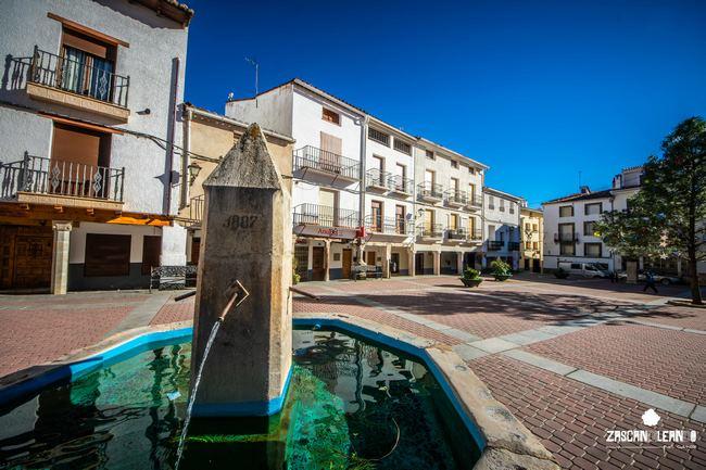 La plaza Mayor alberga el ayuntamiento, una iglesia, una fuente y una escultura