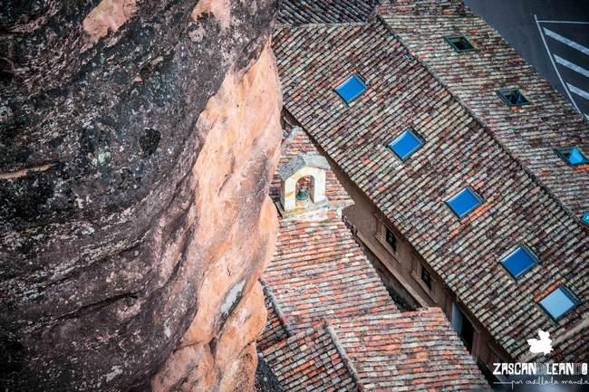El edificio se encuentra anexado a las rocas de piedra arenisca