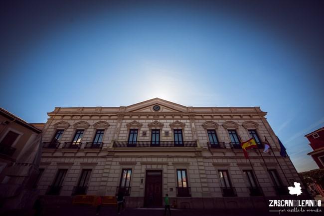 La consistorial de Alcázar se ubica en la plaza de España, muy reformada con los años