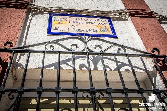Controvertida placa que reza la ubicación de la casa del genio de las letras