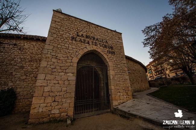 Está construida en piedra para no desentonar con la cercana muralla
