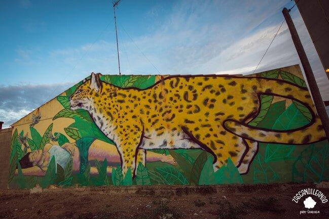 Mural de un leopardo en una fachada de Las Mesas