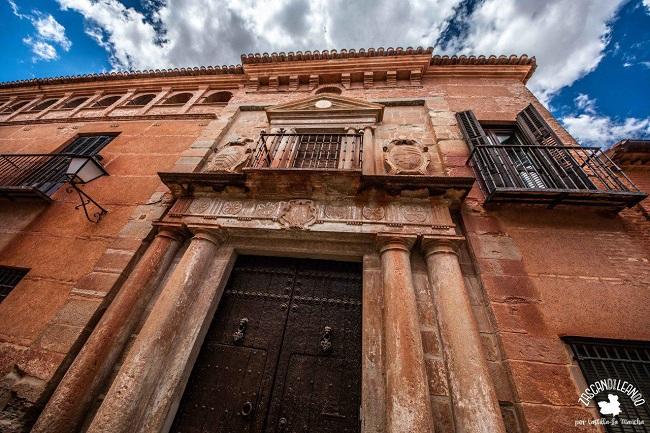 Uno de los edificios civiles más importantes en Villanueva de los Infantes es el palacio de los Ballesteros