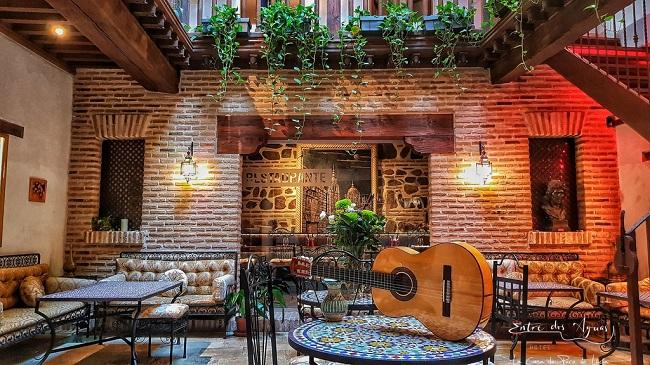 Está ubicado en la antigua casa del músico Paco de Lucía