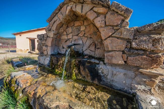Se ubica junto al merendero construido por la Sociedad de Cazadores de Valdemoro-Sierra