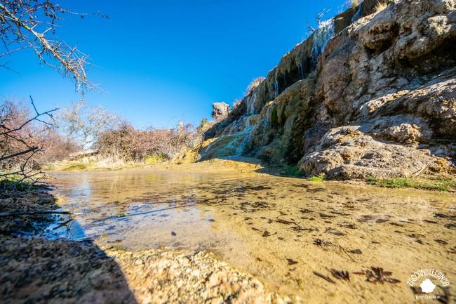 Pese al agua fría, muchos turistas se atreven a bañarse en verano en la Balsa de Valdemoro-Sierra