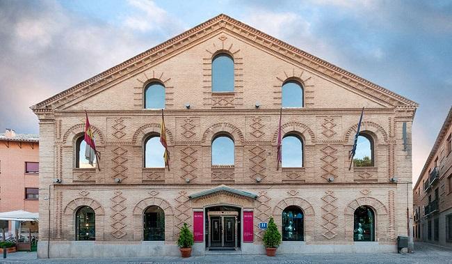 Este hotel se sitúa muy cerca del monasterio San Juan de los Reyes