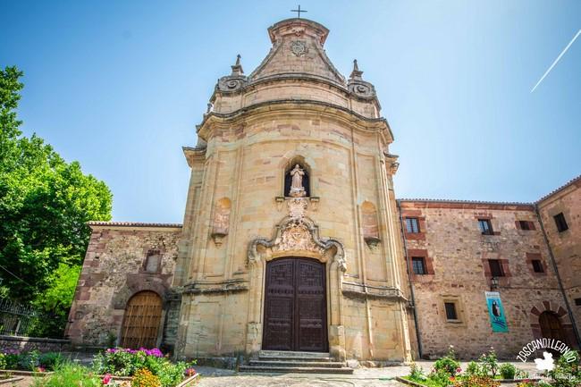 Se halla junto a la ermita de la Vera Cruz