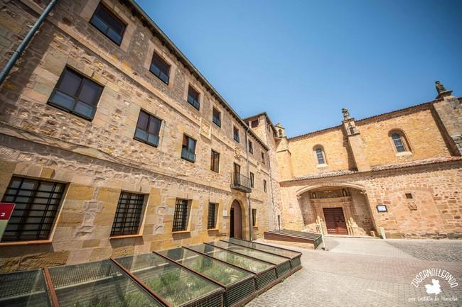 Se ubica junto al convento de Clarisas, donde preparan unos dulces muy ricos