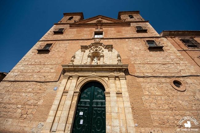 Su poderosa fachada está coronada con frontón triangular y dos torres