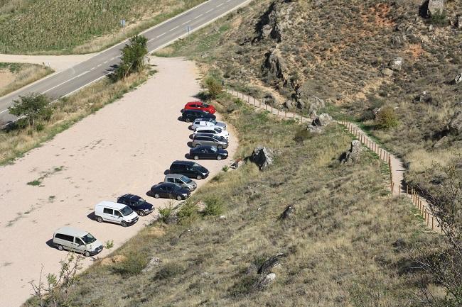 El yacimiento de La Cava posee un parking junto a la carretera CM-2000