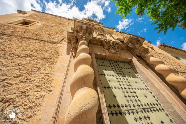 Se encuentra en la plaza de las Agustinas, importante espacio de Almansa