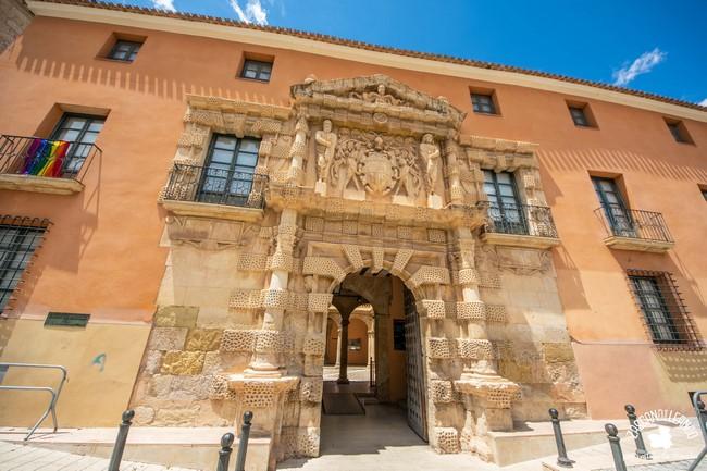 Este inmueble, también llamado Casa Grande, es la actual sede del ayuntamiento de Almansa