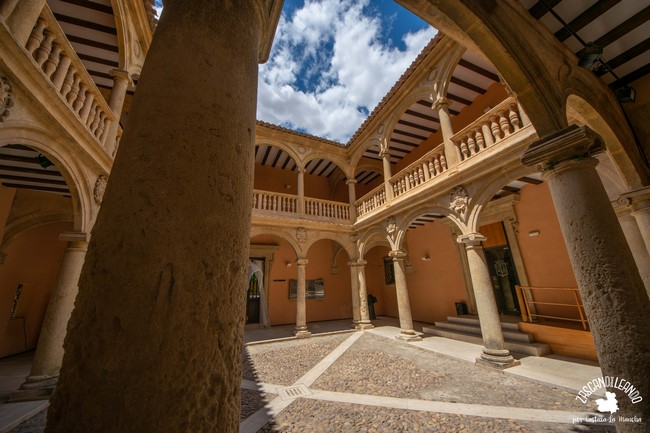 Es de planta rectangular y presenta arcos de medio punto sobre columnas de orden jónico