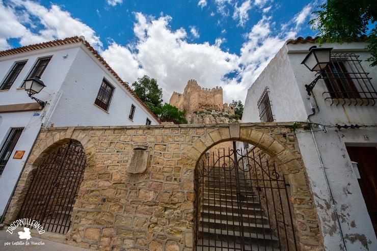 Escalinata de acceso al castillo de Almansa