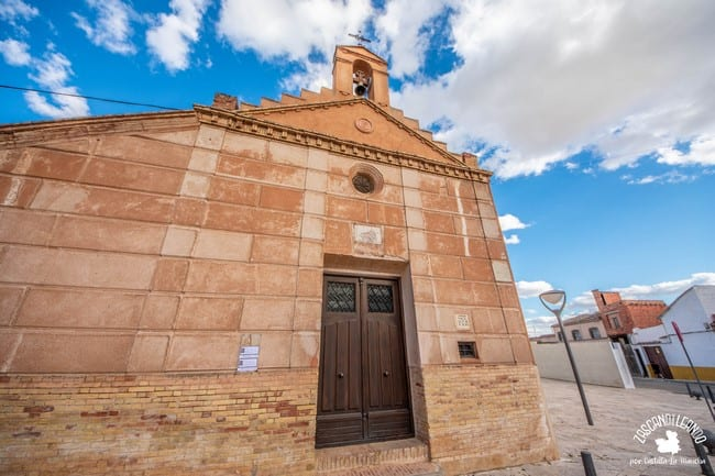 Este pequeño templo se halla en la plaza homónima, junto al castillo