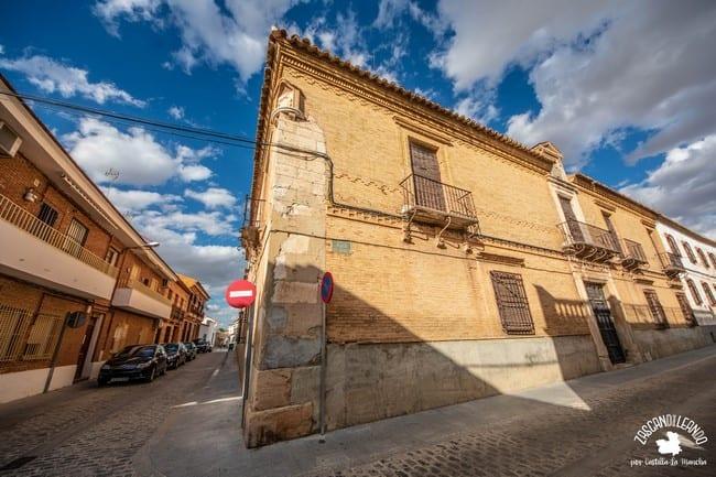 Un edificio civil muy elegante en la calle Virgen del Carmen