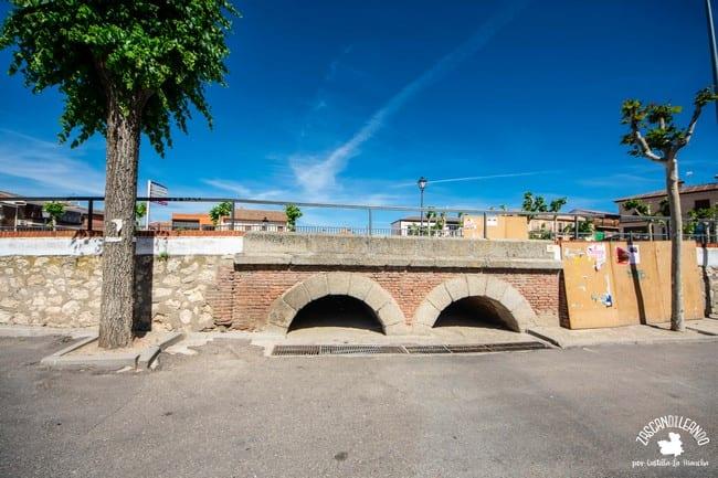 La carretera se ubica a mayor altura que el resto de la plaza de España