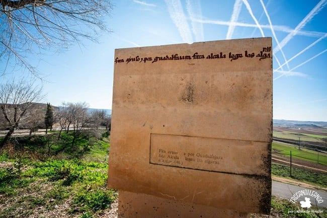 Se pueden ver diversas frases del Cantar por varias zonas del pueblo