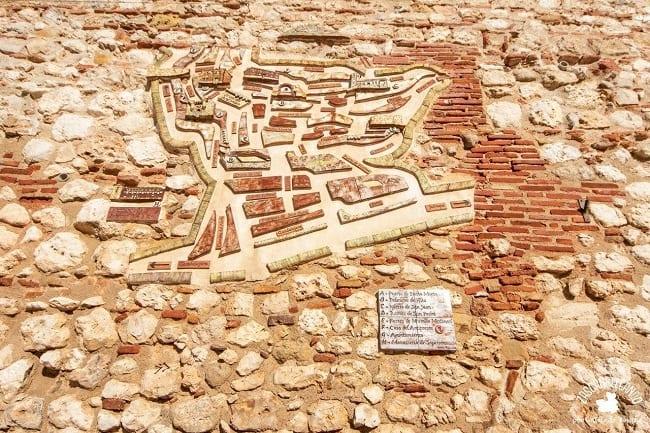 Esculpido en la muralla se puede ver un plano de la localidad de Hita