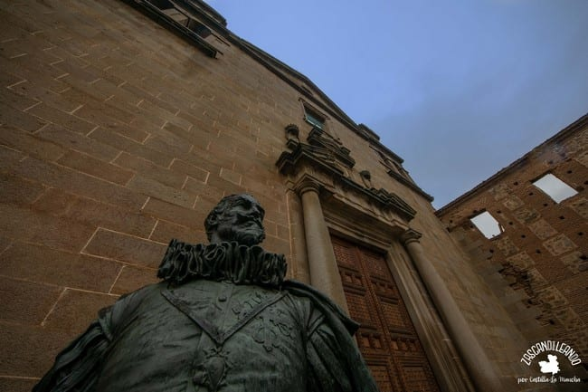 La capilla tiene una escultura junto a su portada