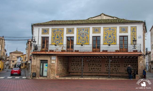Los azulejos de este edificio de Oropesa son muy bellos