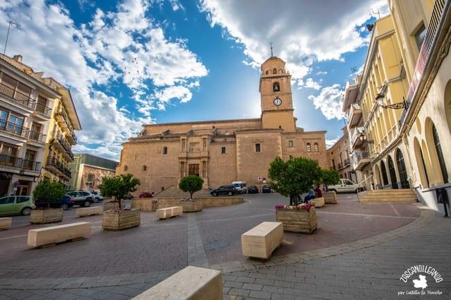Ayuntamiento e iglesia de la Asunción presiden este espacio