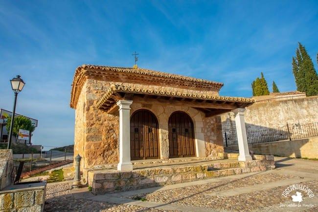 Este pequeño templo de Jadraque se encuentra junto al cementerio municipal