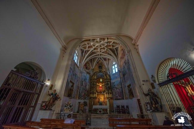 Su capilla mayor consta de unos interesantes frescos que representan la Pasión de Cristo