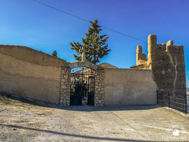 Las murallas almohades flanquean el cementerio de Jorquera