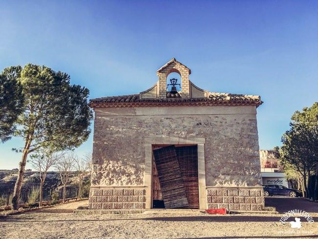 Se trata de un edificio religioso situado muy cerca de la ermita de San Cristóbal