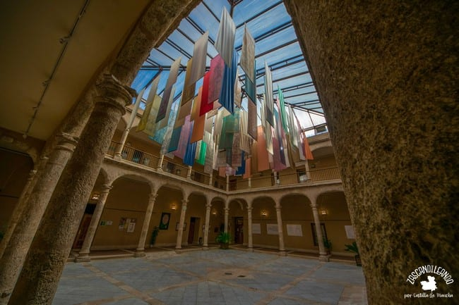 En torno a este claustro se dividen las dependencias de este palacio de Torrijos