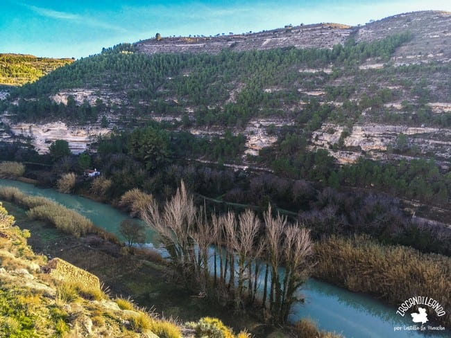 El río Júcar bordea la localidad de Jorquera, en la provincia de Albacete