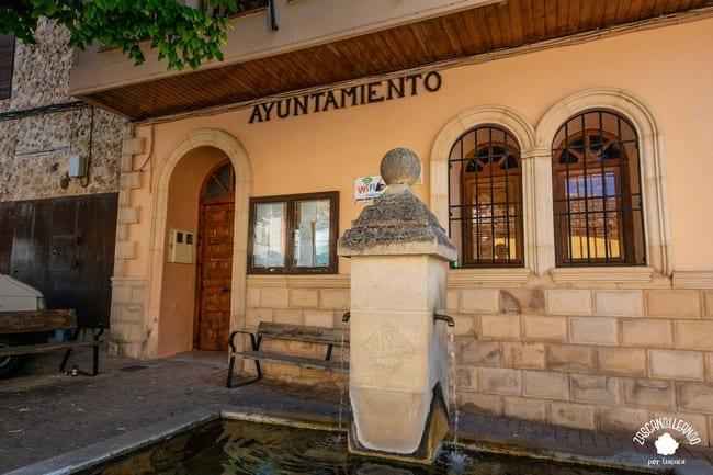 La fuente abrevadero de Palomera se encuentra en la plaza del Ayuntamiento