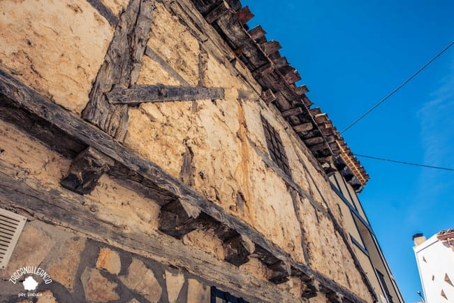 El adobe y la madera son los elementos típicos de las casas de Palomera