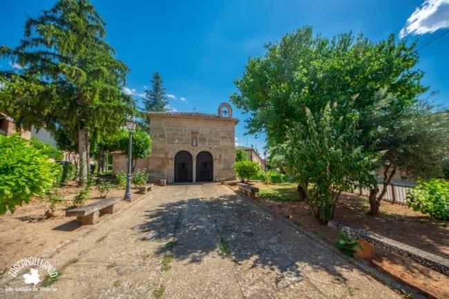 Se encuentra en la calle homónima y es el único templo de la villa que tiene doble puerta