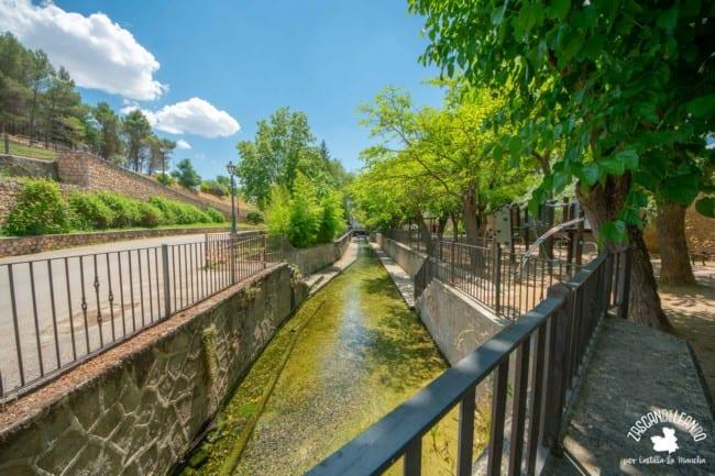 El nacimiento del río Cifuentes está situado en medio del núcleo urbano de la localidad