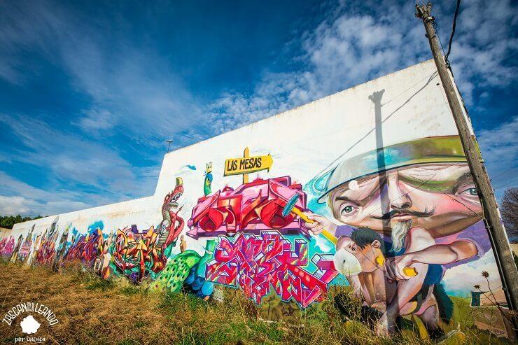 Mural en la entrada al pueblo de Las Mesas